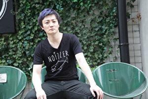 台湾FIR乐团成员阿沁第二张全创作制作专辑,首支抒情主打单曲《线上聊》描写都会男女的新型态恋爱模式。(梦幻仙境工作室提供)