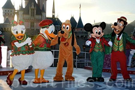香港迪士尼樂園換上冬日佈置,迎接聖誕節,即日起舉行「A Disney Christmas」聖誕活動至明年1月1日。(宋碧龍/大紀元)