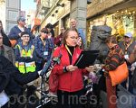湾区圣拉斐尔导盲犬学校(Guide Dogs for the Blind)的CEO克里斯·贝宁格,宣读旧金山市长李孟贤发来的宣读书。(景雅兰/大纪元)