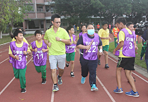 台血癌童梦想回校参加大队接力 同学陪他跑