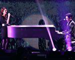 周兴哲(右)在台北举行亚洲巡回演唱会,昨天(18日)是Day2演出,更邀请他心中的贵人——林心如(左)担任嘉宾对唱。(宽宏艺术提供)