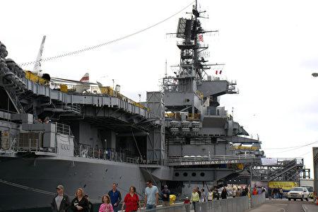 2015年4月25日,加州圣地亚哥海湾的中途岛航空母舰博物馆悬挂黄丝带,纪念西贡沦陷、越战结束40周年。(杨婕/大纪元)