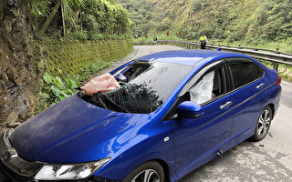 300公斤落石砸车 台女驾驶在南投疑撞山壁亡