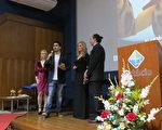 新唐人原創動畫《天庭小子─小乾坤》,日前獲得巴西國際影展的「榮譽獎」,《小乾坤》代表於巴西里約受獎致詞。(新唐人電視台)