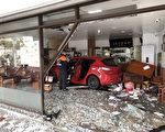 台北市警消单位11月21日上午获报,台北市南港区一间牛肉面店遭轿车冲撞,大门玻璃被撞碎,现场满目疮痍,幸无人伤亡。(台北市消防局提供/中央社)