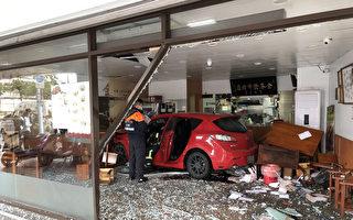 轿车撞进台牛肉面老店 车内3男下车逃跑