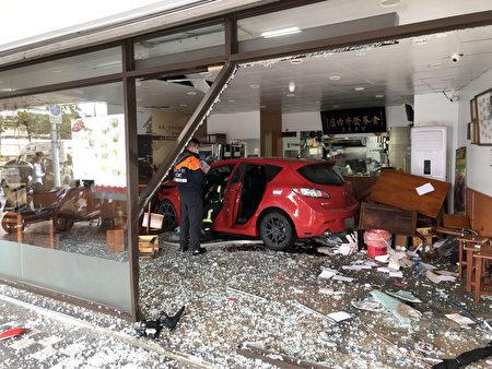 台北市警消單位11月21日上午獲報,台北市南港區一間牛肉麵店遭轎車衝撞,大門玻璃被撞碎,現場滿目瘡痍,幸無人傷亡。(台北市消防局提供/中央社)