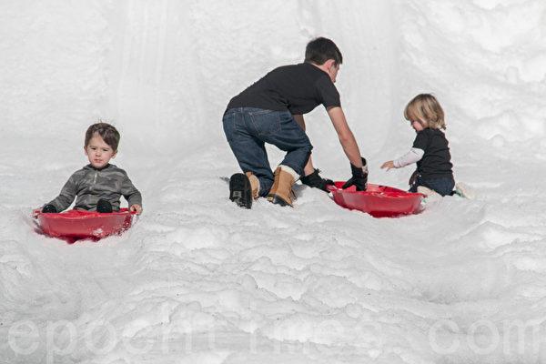 旧金山北湾小城打造冰雪滑梯 节日庆祝乐趣多