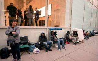 民眾徹夜排隊搶購iPhone X。 (Don Emmert/AFP/Getty Images)