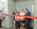 皇后區公立188小學新禮堂啟用,由學生剪綵,右一為市議員郭登祺,左二為前市議員魏普林。 (郭登祺辦公室提供)