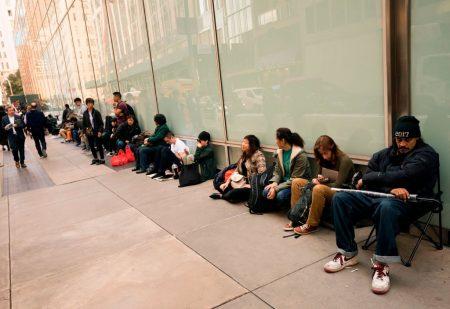 民众彻夜排队抢购iPhone X。