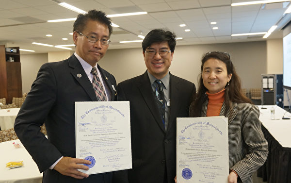 麻州众议员陈德基(中)代表众议院发褒奖状,由亚美会副主席Elisa Choi (右)和安丰贵接受。(景灏/大纪元)