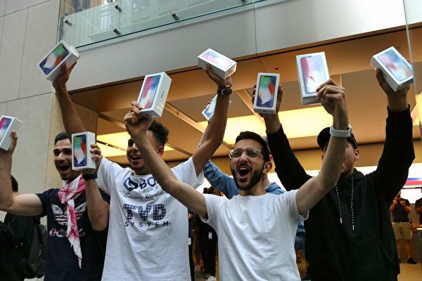 在網絡第一個預購的20歲軟件工程專業學生Mazem Kourouche(右二)及排隊的前三名顧客。(安平雅/大紀元)
