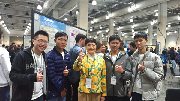 經文處教育組組長陳幗珍(著黃花洋裝)和得金牌的成功大學代表團合影。(黃俊奇老師提供)