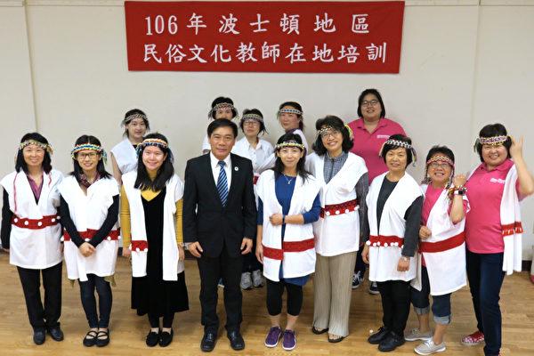 侨教中心主任欧宏伟(前排左四)与学员们合影。(侨教中心提供)