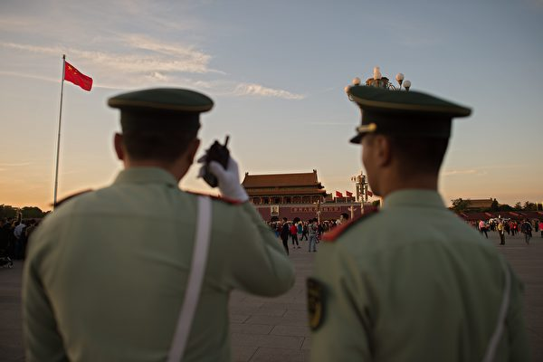 图为中共公安警察。(NICOLAS ASFOURI/AFP/Getty Images)