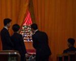 """在最终公布的25名政治局委员中,新入局的15人中几乎是""""习家军""""。与上届相比,江派官员大面积退出权力高层。(FRED DUFOUR/AFP/Getty Images)"""