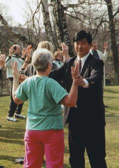 一九九五年四月在哥德堡讲法班期间,李洪志师父亲自教功。(明慧网)