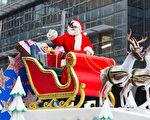聖誕老人在遊行的最後出場,提醒大家聖誕節就要來了。(攝影)艾文/大紀元)