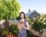智芳在自家花院里(沈飞/大纪元)