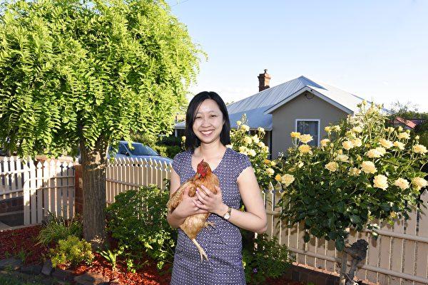 智芳在自家花院裡(沈飛/大紀元)