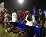 美国亚利桑那州立大学舉辦「國際生之夜」,各族裔的學生到法輪大法社團的攤位來了解法輪功真相。(明慧網)