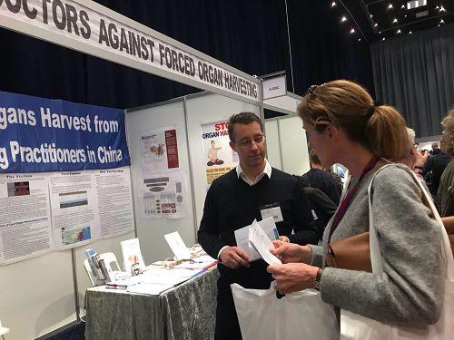 在丹麥的「醫生日」活動中,丹麥醫學界專業人士了解中共活摘法輪功學員器官的罪行。(明慧網)