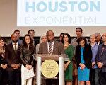 圖:10月24日,30多位休斯頓科技與商業界代表、新創公司產業,以及休斯頓市長和民選官員們在市政廳舉行「休斯頓指數」成立說明會。(易永琦/大紀元)