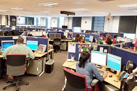 图:休斯顿市民服务311电话中心平时每日接听的电话量5400通,在哈维期间和灾后,电话量猛翻倍,达到每天1万2千通。(易永琦/大纪元)