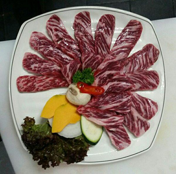 烤肉擺盤(大紀元/陳依春)