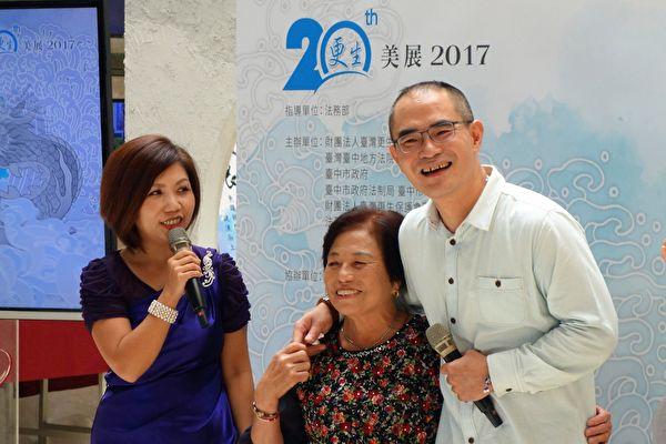 「更生美展」7日在大墩文化中心展開,邀更生書法家吳鴻文(右2)分享習藝心得。(黃玉燕/大紀元)