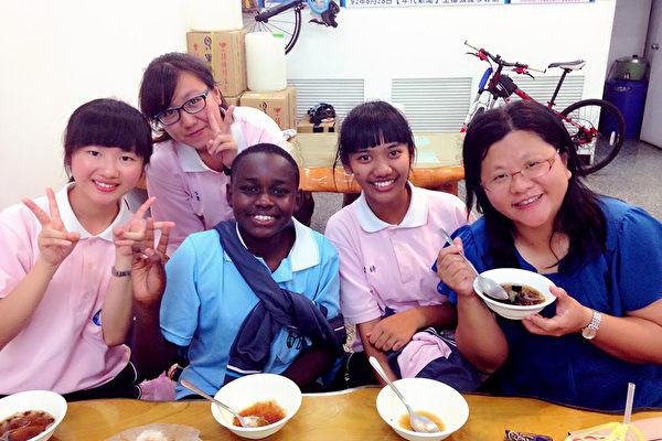 肯亞中學生Jayson(前左2)今年再度到屏東南榮國中Long stay,與南榮國中師生一起學習,體驗台灣生活。(丘麗英提供)