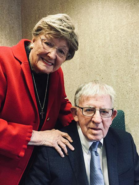 高龄90岁的美籍医师罗慧夫(右)和夫人白如雪(左)在公元1959年举家来台,并在1966年成立台湾第一个唇颚裂治疗中心,奉献台湾医疗40年。(罗慧夫提供/中央社)