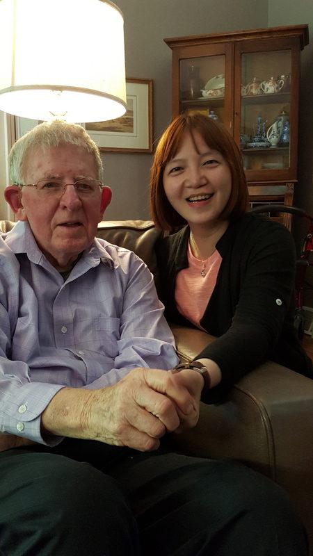 美籍医师罗慧夫(左)获第九届总统文化奖的人道奉献奖。图为罗慧夫和曾为患者的法官林蕙芳(右)合影。(林蕙芳提供/中央社)