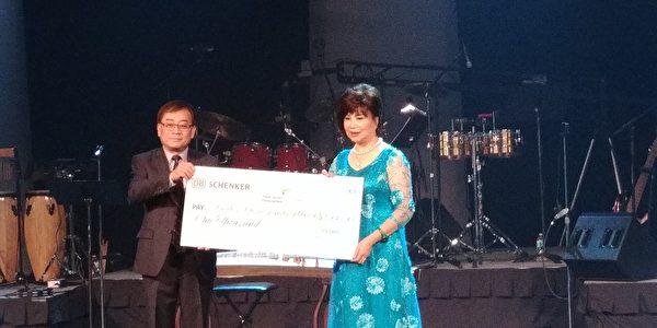 圖: 世華工商婦女企管協會溫哥華分會舉辦慈善音樂會,捐贈給加拿大與台灣關愛自閉症機構,展現愛無國界之大愛。圖為來自香港的3000元善款支票。 (邱晨/大紀元)