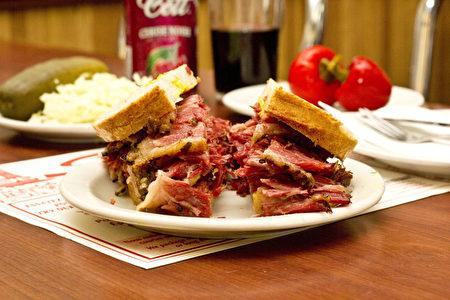 Schwartz's的经典美食犹太熏肉三明治。(Schwartz's提供)