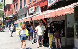 Schwartz's蒙城老字號猶太燻肉店,在就餐高峰期店外食客拍長龍是平常事。(言明 / 大紀元)