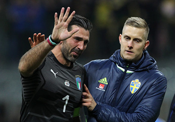 40岁的意大利门将、队长布冯(左)赛后正式宣布,退出国家队。 (Marco Luzzani/Getty Images)