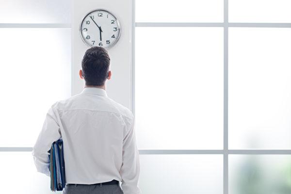 針對勞工在事業場所工作時間要打卡作為出勤紀錄,勞動部將修正法規,讓經常在外工作的勞工,可不用打卡,預定11月底完成。(Fotolia)