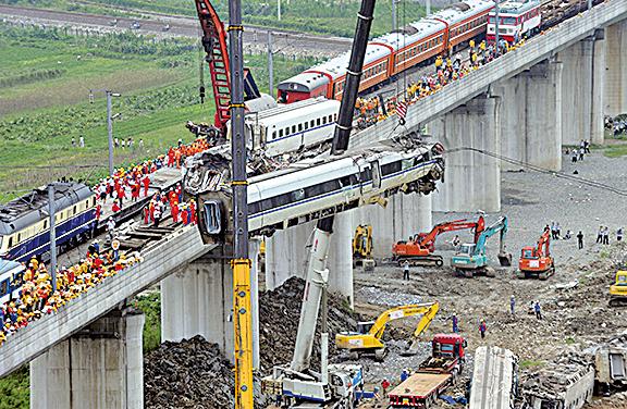 2011年溫州高鐵事故造成40人死亡。(STR/AFP/Getty Images)