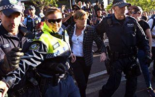 澳洲前總理艾伯特的妹妹、悉尼市議員福斯特(中)在警察護送下進入自由黨籌款活動會場。 (WILLIAM WEST/AFP/Getty Images)