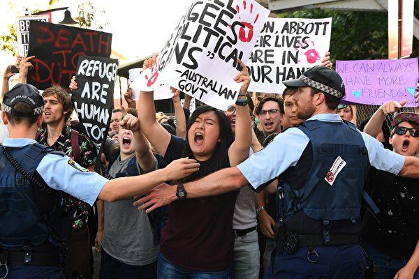 激动的抗议人群。 (WILLIAM WEST/AFP/Getty Images)
