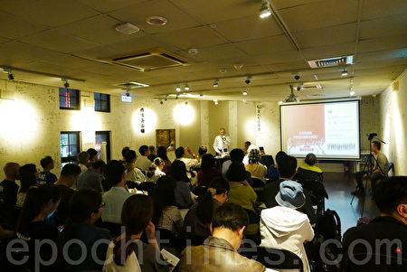 中国旅美作家、经济学家程晓农与何清涟,11月在台湾出版新作《中国:溃而不崩》,近日举办新书发表会,吸引众多民众参与。(郭曜荣/大纪元)
