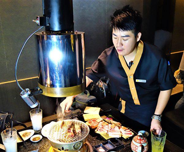 深夜食堂一群好友享受炭火燒肉的桌邊服務。(黃玉燕/大紀元)