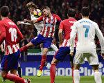 西甲第12輪,馬德里「德比」戰,皇馬客場0:0戰平馬競。圖為雙方球員爭球瞬間。(PIERRE-PHILIPPE MARCOU/AFP/Getty Images)