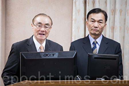 国防部长冯世宽(左)22日表示,共机又多批次出来活动。(陈柏州/大纪元)