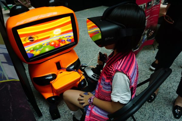 """台湾厂商开发结合""""投币式""""体感游戏街机,外型可爱,内建10款游戏,主攻国小以下儿童市场,从硬体到内容都是台湾厂商制作研发,目前已有大陆买家洽谈中。(李怡欣/大纪元)"""