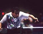 中國國家乒乓球前總教練劉國梁「下課」後,正引發後續效應。圖為1996年亞特蘭大奧運會上劉國梁比賽照片。 (Mark Sandten/Bongarts/Getty Images)