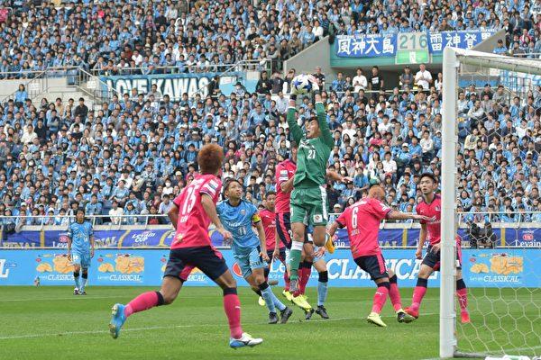 2017年日聯盃決賽在11月4日舉行,由川崎前鋒和大阪櫻花爭奪獎盃。(野上浩史/大紀元)
