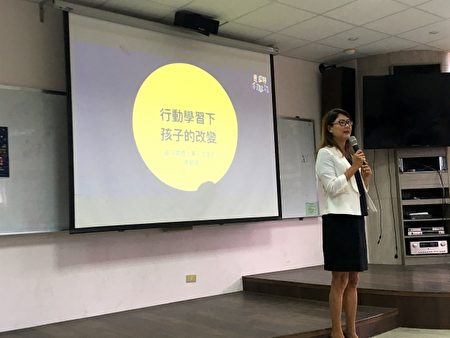 資深媒體人兼人文家長陳安儀分享孩子在行動學習中的改變。(人文無學籍行動高中提供)